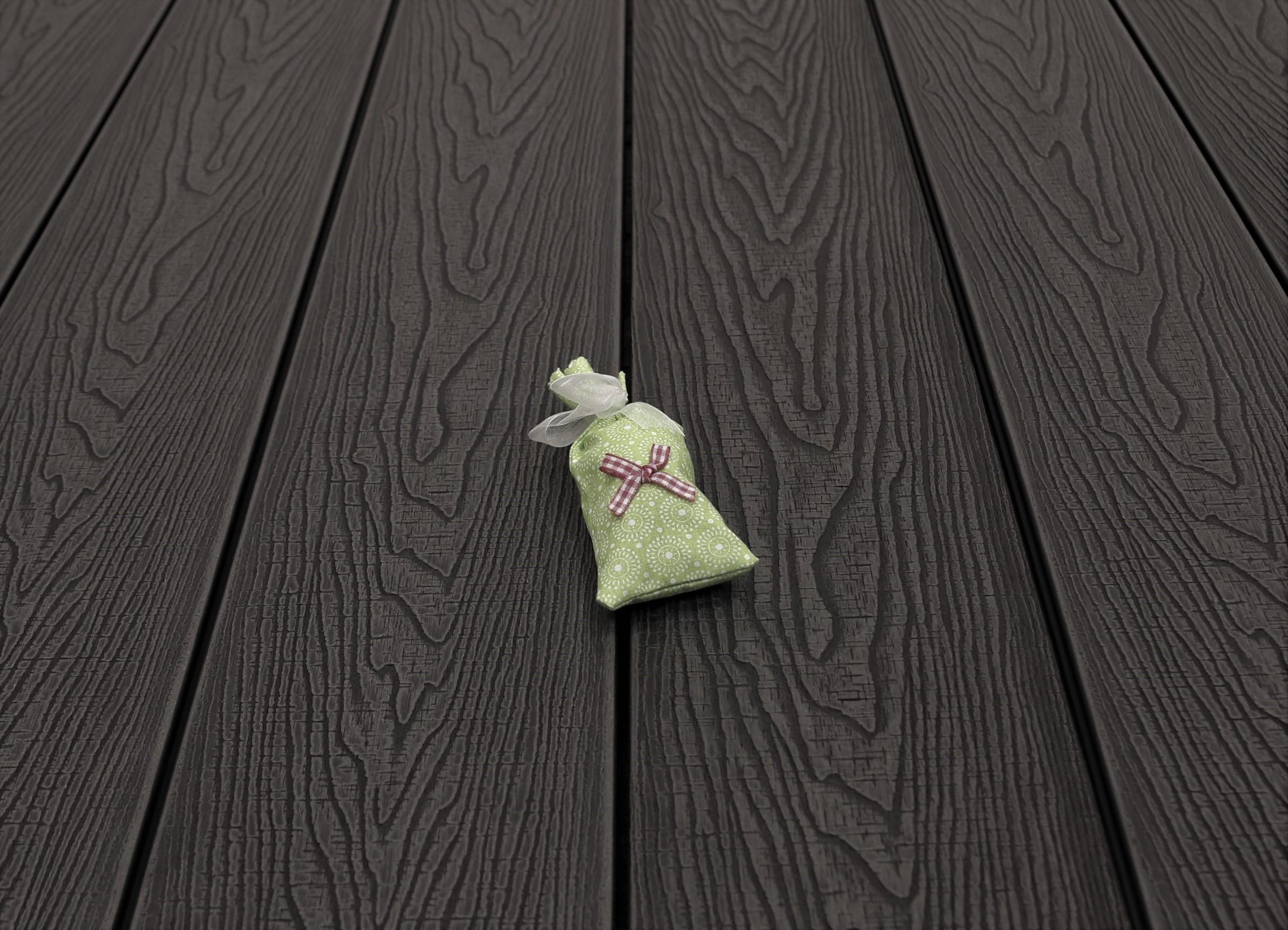WPC Dielen massiv, Oberfläche mit Struktur in Holzoptik sägerau, Farbton dunkelgrau, Vollprofil, 22 x 143 bis 4800 mm für 9,20 €/lfm