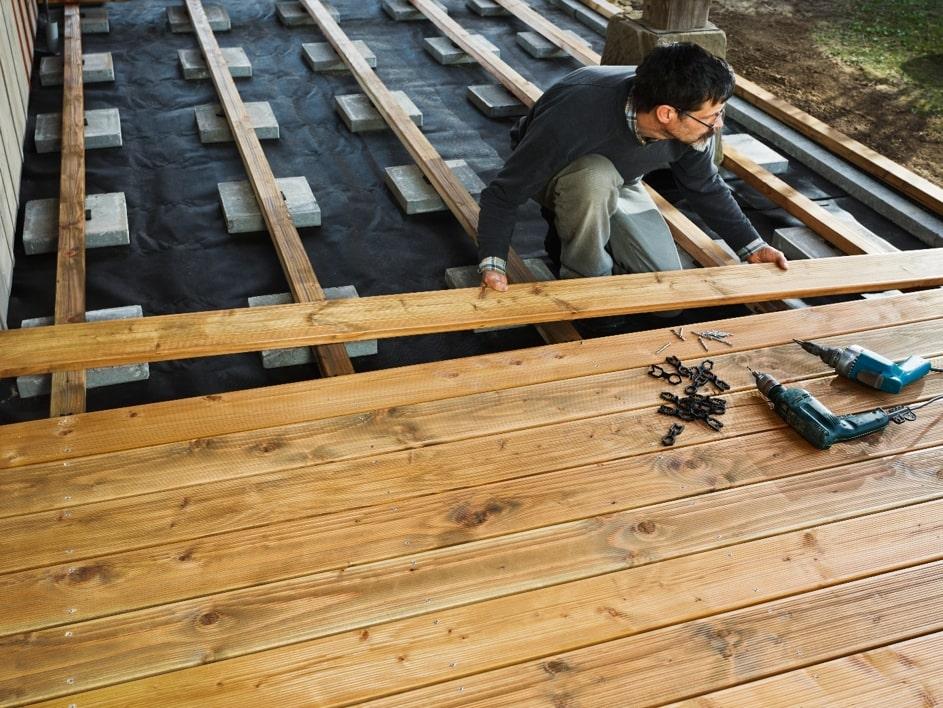 Holz Terrassendielen werden verlegt