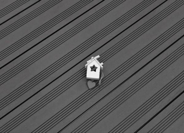 WPC Dielen massiv, Oberfläche mit französischem Profil, Farbton dunkelgrau, Vollprofil, 22 x 143 bis 4800 mm für 9,50 €/lfm