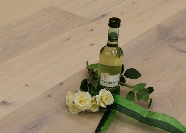 Parkett Eiche Burgund aus der Serie Vinum, Markant, gebürstet, mit Masteröl weiß geölt, Soft Lock Klick Verbindung, 14 x 180 x 2200 mm